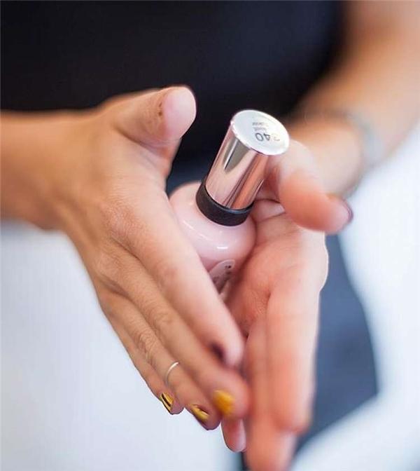 Với những lọ sơn móng tay để lâu ngày, trước khi sử dụng bạn nên lặn lọsơn nhẹ nhàng giữa hai lòng bàn tay.