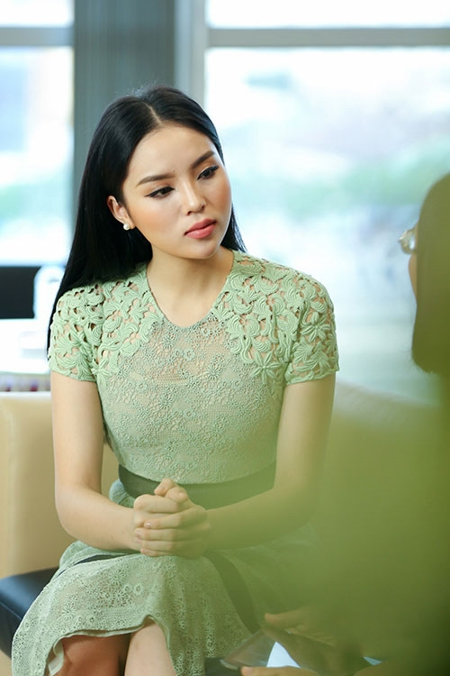 """Sau khoảng thời gian """"ở ẩn"""" do vướng scandal hút thuốc nơi công cộng, Kỳ Duyên có buổi giao lưu trực tuyến với một trang báo điện tử. Ngay từ khi xuất hiện, Hoa hậu Việt Nam 2014 đã gây bất ngờ với đôi môi sưng phồng. Nguyên nhân được Kỳ Duyên đưa ra là do cô bị sốt nên dẫn đến cả gương mặt bị sưng."""