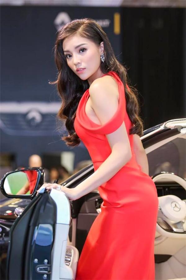 Tuy nhiên trong một vài sự kiện gần đây, đôi môi của Hoa hậu Việt Nam 2014 đã trở nên cân đối hơn. Qua đây có thể thấy, những màu son nhẹ nhàng như hổng, hồng đào hay đỏ nhạt phù hợp hơn với Kỳ Duyên.