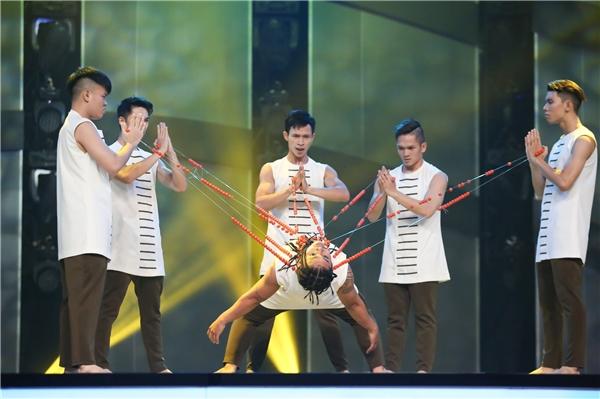 """Tiết mục khách mời duy nhất trong tập mở màn,ra mắt top 20 thí sinh So You Think You Can Dance 2016do nhóm Urban Clown thể hiện. Támchàng trai Urban Clown trình diễn mànbay nhảy gây """"sốt"""" thời gian qua trên nền nhạc Bánh trôi nước, The red sun và Crossroad. - Tin sao Viet - Tin tuc sao Viet - Scandal sao Viet - Tin tuc cua Sao - Tin cua Sao"""