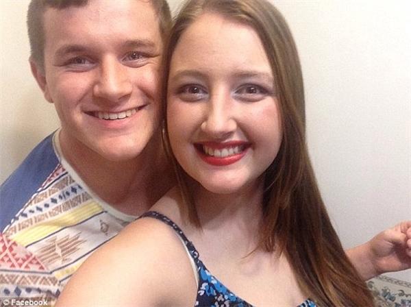 Nicholas Buttle (trái) đặt một chiếc nhẫn đính hôn có giá trị 1.110 đô la (khoảng 24 triệu đồng) để cầu hôn bạn gái. (Ảnh: Daily Mail)