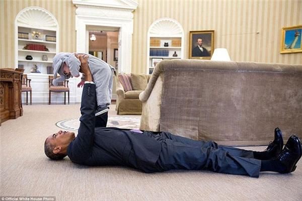 Obama nằm lăn ra sàn chơi đùa cùng con gái của Ben Rhodes, Phó Cố vấn An ninh Quốc gia Mỹ, trong Phòng Bầu Dục.