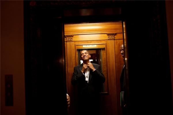 Barack Obama đi thang máy lên Nhà Trắng sau khi tuyên thệ nhậm chức vào ngày 20/01/2009.