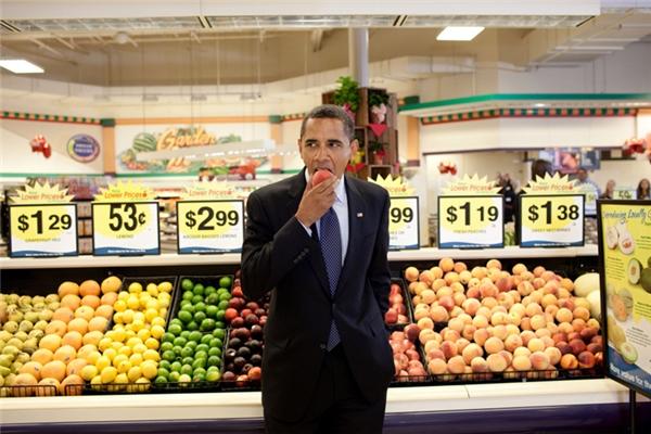 Ăn ngon lành một quả đào tại một siêu thị ở Bristol, Virginia.