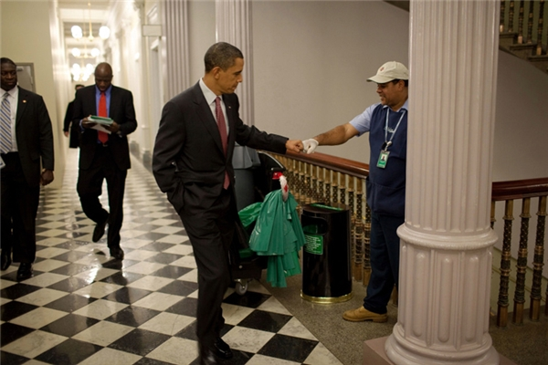 Không ngần ngại trò chuyện và đấm tay cùng một nhân viên phục vụ ở Nhà Trắng.
