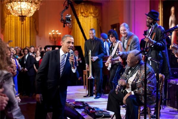 Cùng B.B. King hát bài Sweet Home Chicago tại một buổi concert được tổ chức ở Nhà Trắng.