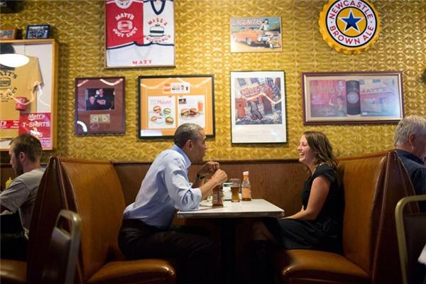Thoải mái ngồi ăn trưa tại một quán ăn ở Minneapolis, Minnesota cùng một người phụ nữ sống trong vùng.