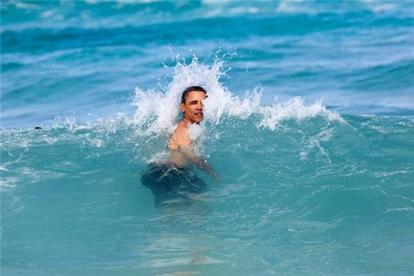 Vui đùa trong làn nước xanh tại bãi biển Pyramid Rock, Vịnh Kaneohe, Hawai'i.