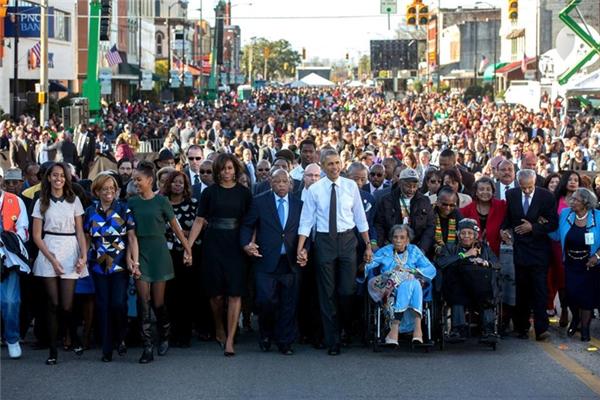 Cũng trong ngày này, ông cùng gia đình nắm tay đoàn người dẫn đầu cuộc diễu hành trên cầu Edmund Pettus.