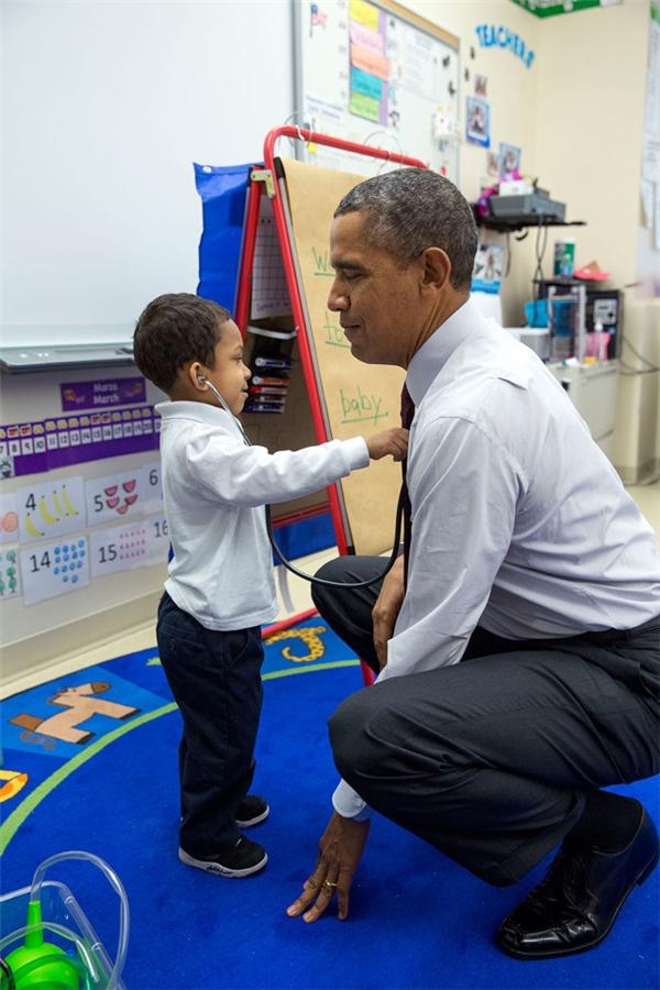 Ngồi xuống và để cho cậu bé nghe nhịp tim của mình tại trường Tiểu học Powell.