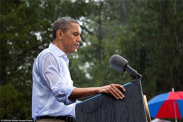 Vẫn nán lại phát biểu tại một sự kiện ở Glen Allen, Virginia, dù trời đang đổ cơn mưa.