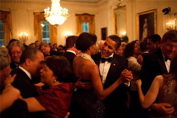 Tổng thống Barack Obama cùng Đệ nhất Phu nhân Michelle Obama tình tứ khiêu vũ trong bữa tiệc Governors Ball tại Nhà Trắng.