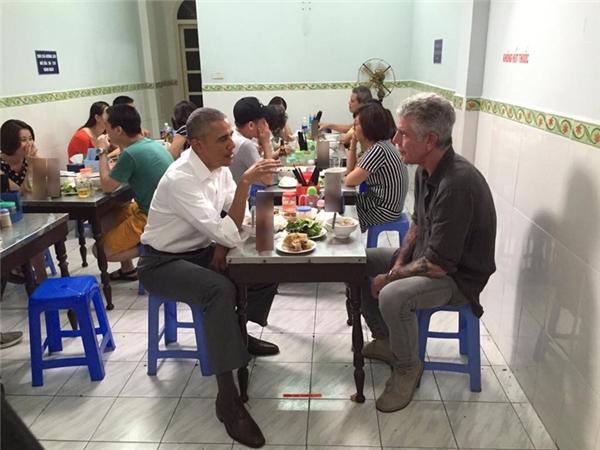 Và cuối cùng, hình ảnh mà người dân Việt Nam không thể nào quên: Tổng thống Mỹ Barack Obama ăn bún chả bình dân tại Hà Nội.