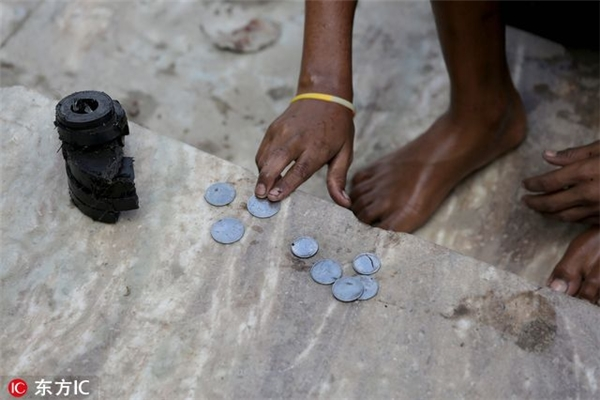 Xót xa những đứa trẻ sống nhờ tiền xu dưới dòng  sông Thánh đen kịt