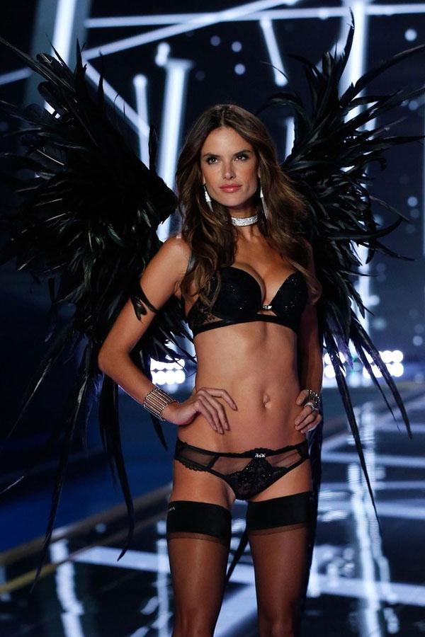 Alessandra Ambrosio là một chân dài người Brazil và được xem là chị cả của dàn thiên thần Victoria's Secret với 15 năm kinh nghiệm sải bước trên sàn diễn Victoria's Secret Fashion Show. Cô cũng đã hai lần được diện Fantasy Bra.