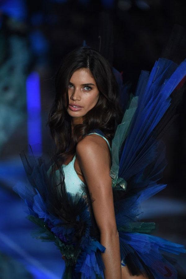 Sara Sampaio bắt đầu tham gia Victoria's Secret vào năm 2013 và chính thức trở thành thiên thần vào năm ngoái.