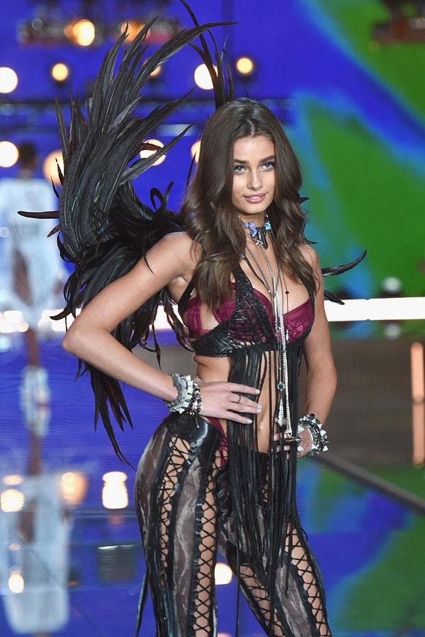 Taylor Hill hiện đang là thiên thần trẻ nhất của Victoria's Secret.