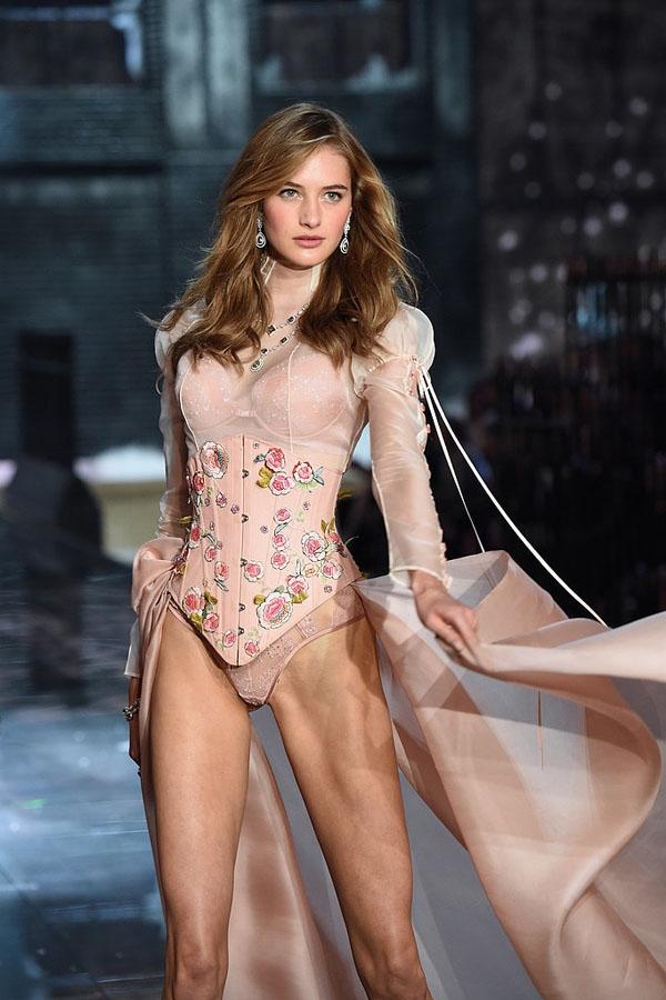 """Giành được nhiều cảm tình nhờ khuôn mặt đẹp không tì vết, Sanne Vloet tiếp tục """"chinh chiến"""" trong Victoria's Secret Fashion Show năm nay."""
