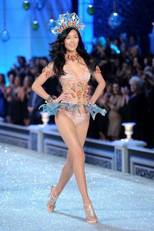 Xuất hiện lần đầu tiên trên sàn diễn vào năm 2009, Liu Wen là chân dài châu Á đầu tiên góp mặt trong Victoria's Secret Fashion Show, tính đến nay cô đã góp mặt trong cả thảy 4 show.