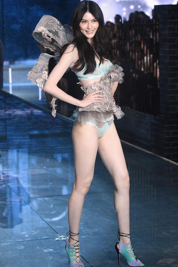 Sui He là gương mặt châu Á thứ hai gia nhập vào dàn mẫu thiên thần Victoria Serect chỉ sau Liu Wen. Từ năm 2011 đến nay, Sui He không vắng mặt trong bất cứ Victoria's Secret Fashion Show nào và là một trong những gương mặt châu Á được yêu thích nhất.