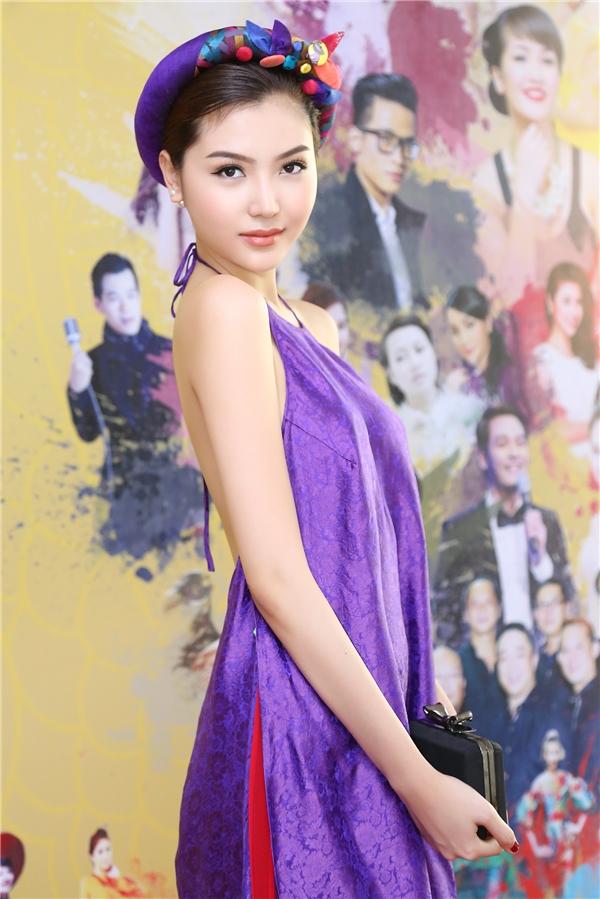 Cô diện chiếc áo dài cách điệu với phần cổ yếm khoét sâu của nhà thiết kế Thủy Nguyễn. Sự kết hợp giữa hai tông màu tím đỏ mang đến vẻ ngoài tương phản lạ mắt cho Nữ hoàng Sắc đẹp Toàn cầu 2016.