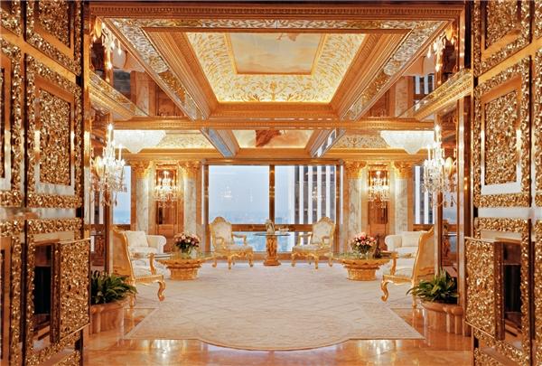 Các vật dụng trong nhà như lọ hoa, đèn, hay khay đĩa đều được dát vàng 24K.