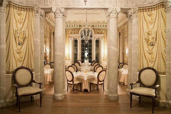 Phòng ăn trông chẳng khác nào một nhà hàng sang trọng.