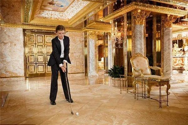 Cậu con út Barron đang chơi golf trong nhà.