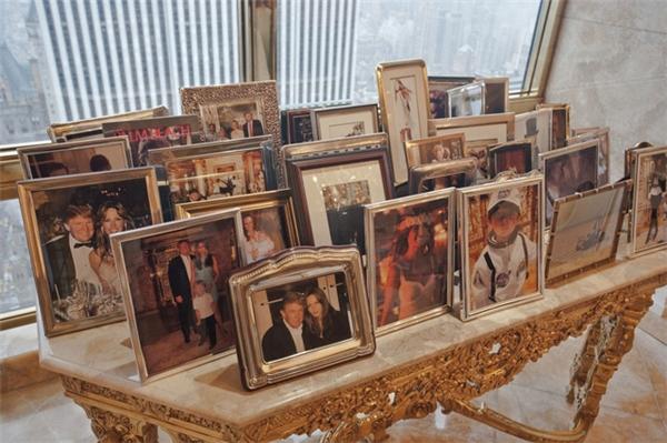Ảnh của các thành viên trong gia đình được bày trên chiếc bàn được chạm khắc tinh vi.