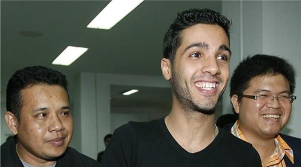 Nụ cười lạ lùng của Hamza - kẻ đã ăn cắp hàng trăm triệu USD để giúp đỡ những người nghèo, trẻ em cơ nhỡ ở Palestine.
