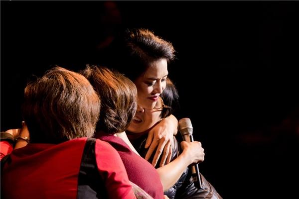 Thu Phươngbật khóc nghẹn ngàotrong đêm nhạc kỉ niệm 30 năm ca hát
