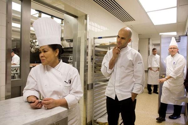 Nữ đầu bếpCristeta Comerfordđang làm việccùng các nhân viên.