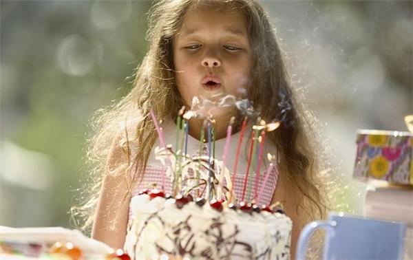 Nhắc đến sinh nhật, người ta lại nghĩ ngay đến chiếc bánh ga – tô có cắm những cây nến lung linh tượng trưng cho số tuổi của người được tặng. (Ảnh: Internet)