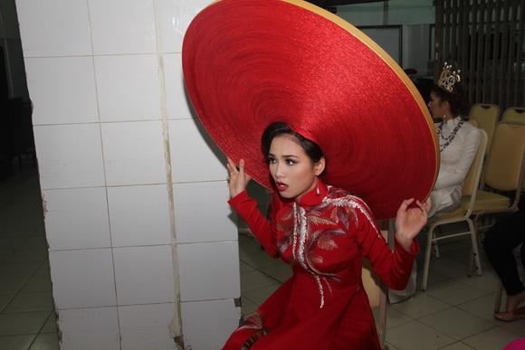 """Những lần mẫu Việt """"vật vã"""" với bạn diễn trên sàn catwalk"""
