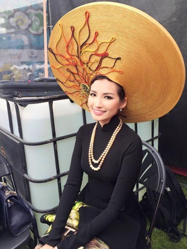 Trong một show diễn vào năm 2014, nhà thiết kế Đinh Văn Thơ cũng từng khiến khán giả sửng sốt khi để người mẫu trình diễn với những chiếc mấn nặng đến 15 kg. Trên sàn diễn, họ trông vô cùng thanh thoát, khoan thai nhưng những khoảnh khắc đằng sau hậu trường khiến người xem không khỏi bất ngờ, xót xa.