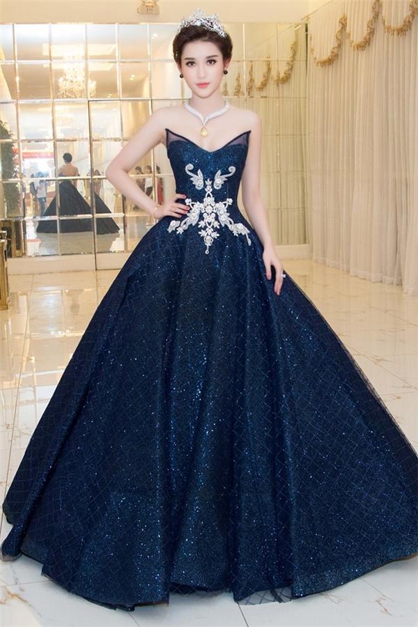 Đông Nhi, Hoa hậu Mỹ Linh, Huyền My diện những bộ cánh nặng hơn 10 kg trên sàn diễn.