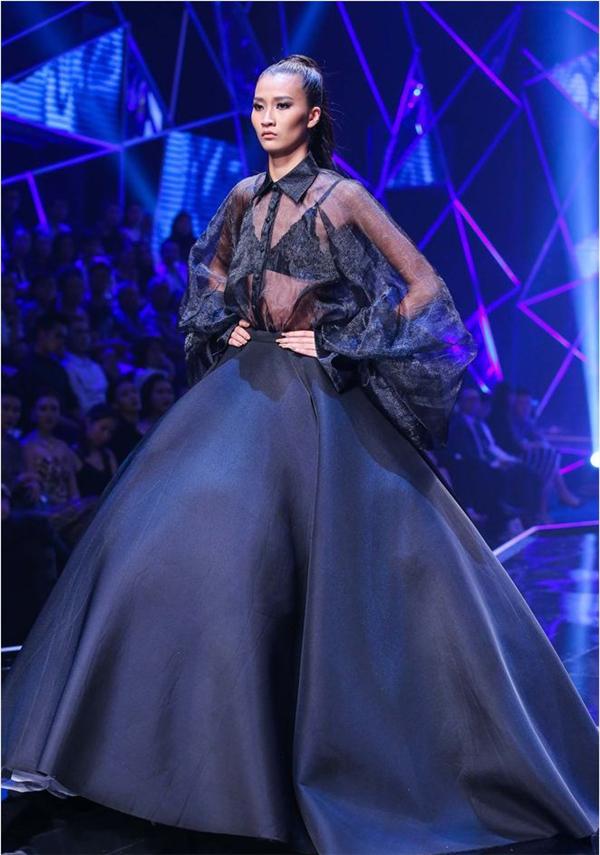 Người mẫu Thùy Trang liên tục bị vấp trên sàn diễn chung kết Vietnam's Next Top Model 2016 với chiếc váy có phần tùng xòe rộng, trông khá nặng nề.