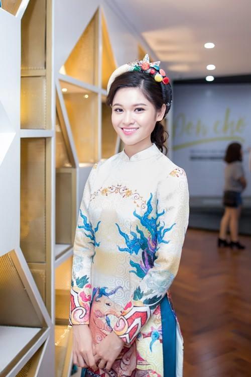 Ngọc Duyên, Hà Thu, Á hậu Thùy Dung diện áo dài, áo yếm cách điệu kết hợp món phụ kiện đồng điệu.