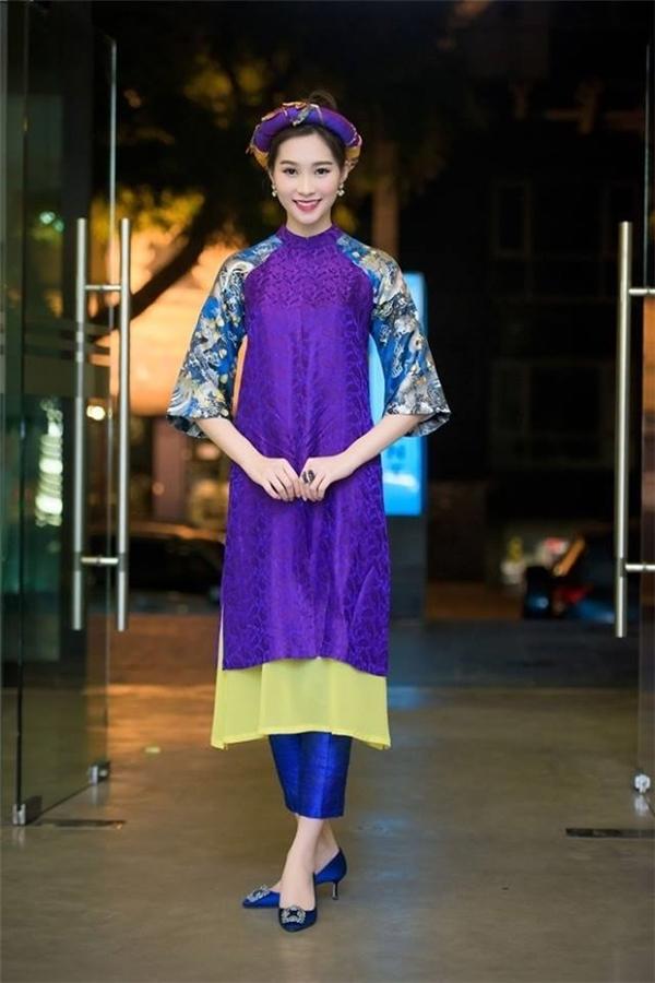 Hình ảnh lạ mắt của Hoa hậu Đặng Thu Thảo nhận nhiều lời khen của công chúng. Vóc dáng mảnh mai của người đẹp 25 tuổi vô cùng phù hợp với chất liệu mềm mại, nhẹ nhàng.