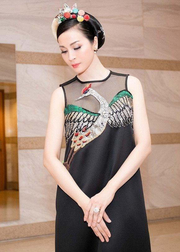 """Maya và diễn viên Thanh Mai """"đụng hàng"""" bộ váy phom rộng giấu đường cong của nhà thiết kế Thủy Nguyễn."""