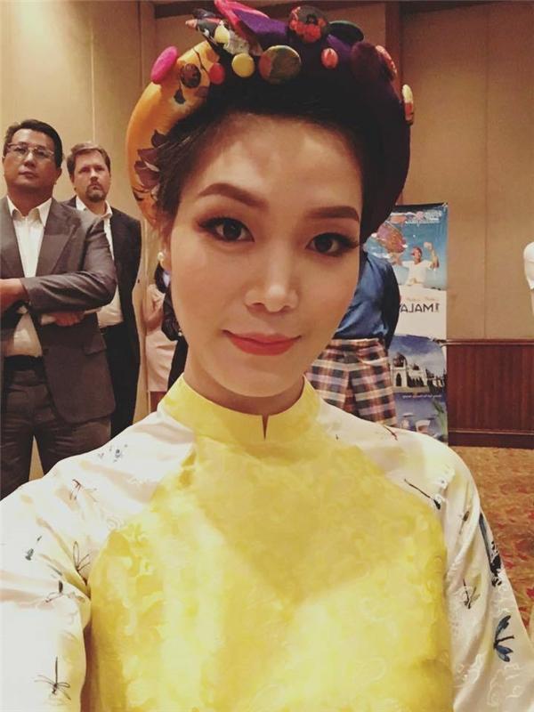 Hoa hậu Thùy Dung cũng là một trong những mỹ nhân theo đuổi trào lưu diện áo dài cùng mấn đội đầu.