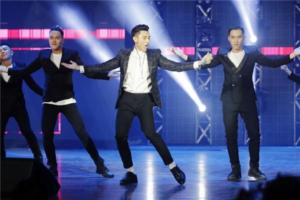 Tuy nhiên, MV vừa phát hành được 2 ngày đã nhận được nhiều bình luận thiếu tích cực cho rằng sản phẩm đạo nhái ý tưởng và giai điệu ca khúc Bang Bang Bang của nhóm nhạc xứ kim chi Big Bang. - Tin sao Viet - Tin tuc sao Viet - Scandal sao Viet - Tin tuc cua Sao - Tin cua Sao