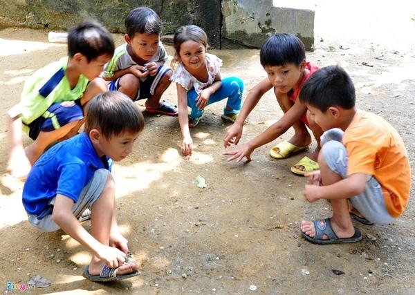 Cơ thể thấp còi, hàng ngày cô bé không phụ giúp gì được cho gia đình, chủ yếu chơi trò chơi cùng những đứa trẻ trong làng.