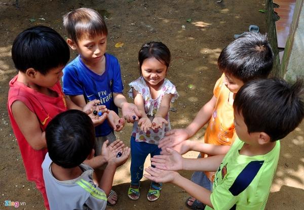 Huyền chỉ đứng đến vai những bé trai học lớp 1, 2 trong làng.