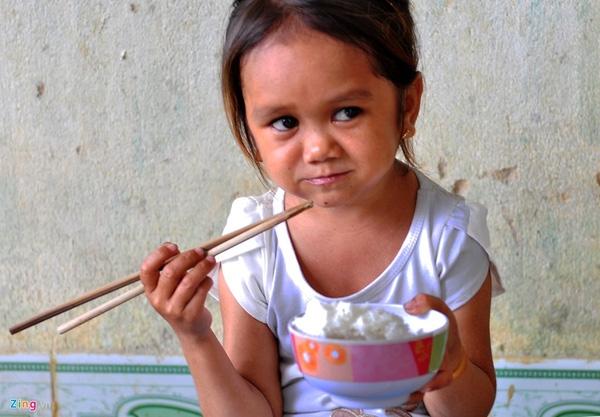 Cô gái chỉ ăn hai bữa trưa và tối hàng ngày (mỗi bữa ăn nửa chén cơm).