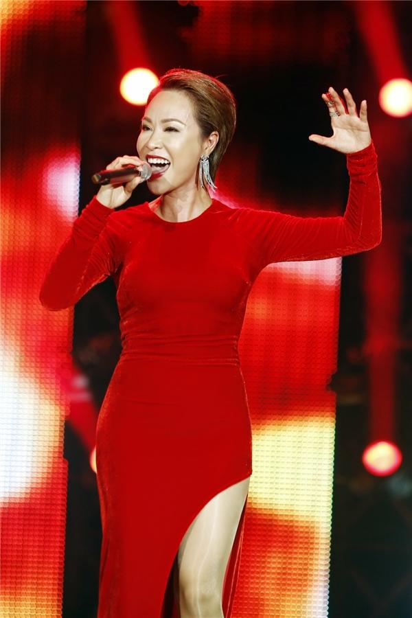 Nữ ca sĩ thể hiện bản hit Chờ người nơi ấy thu hút toàn bộ khán giả tại sân khấu. - Tin sao Viet - Tin tuc sao Viet - Scandal sao Viet - Tin tuc cua Sao - Tin cua Sao