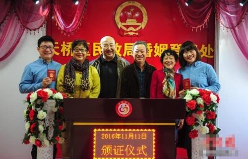 Các văn phòng chúng nhận tại Trung Quốc đã bị kiến cảnh quá tải khi có quá nhiều người tập trung đăng ký kết hôn vào ngày độc thân. Tuy nhiên các nhân viên vẫn vô cùng vui vẻ làm thủ tục cho các cặp đôi.