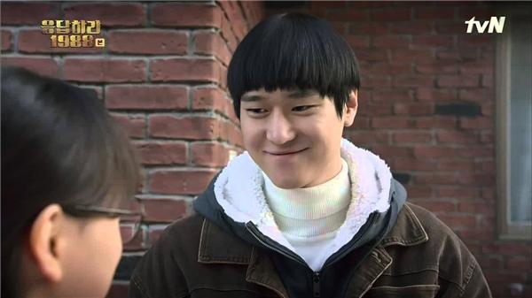 Chỉ một năm về trước hay nói chính xác là thời điểm Reply 1988 lên sóng, gương mặt của Go Kyung Pyo đã rất tròn trịa, không còn thon gọn và mất đi tất cả các góc cạnh. Có lẽ đây chính là sự hi sinh vì nghệ thuật để hóa thân thành cậu học trò xuất sắc, hiền lành của mĩ nam 26 tuổi.