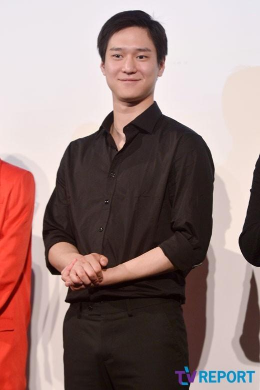 """Dù nhân vật được yêu thích nhưng Go Kyung Pyo lại khá """"mất điểm"""" trong mắt truyền thông bởi những hình ảnh dự sự kiện """"kém sắc"""". Thời gian này, nam diễn viên 9x cũng bị các tạp chí thời trang """"thất sủng""""."""