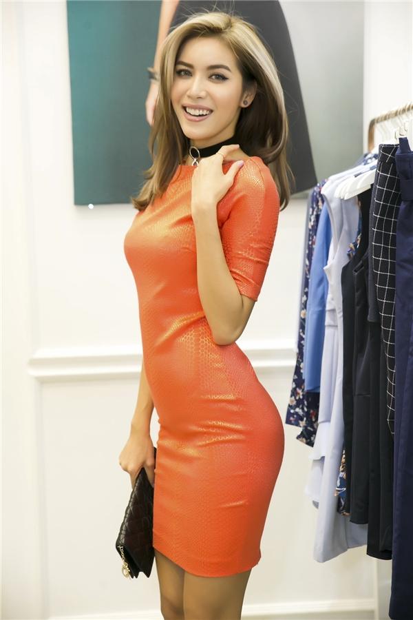 Trong buổi tiệc này, giải bạc Siêu mẫu Việt Nam 2013 còn lựa chọn một số trang phục để diện thường ngày. Cô diện thử một bộ váy màu cam nổi bật, trẻ trung và cân đo thật vừa vặn với cơ thể.